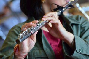 フルートを演奏している女性