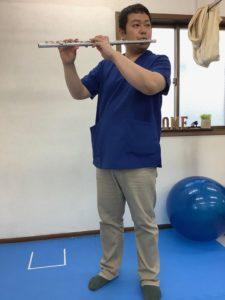 頭の右方向への回旋を強め、フルートと身体との距離が開いた状態のフルート演奏姿勢