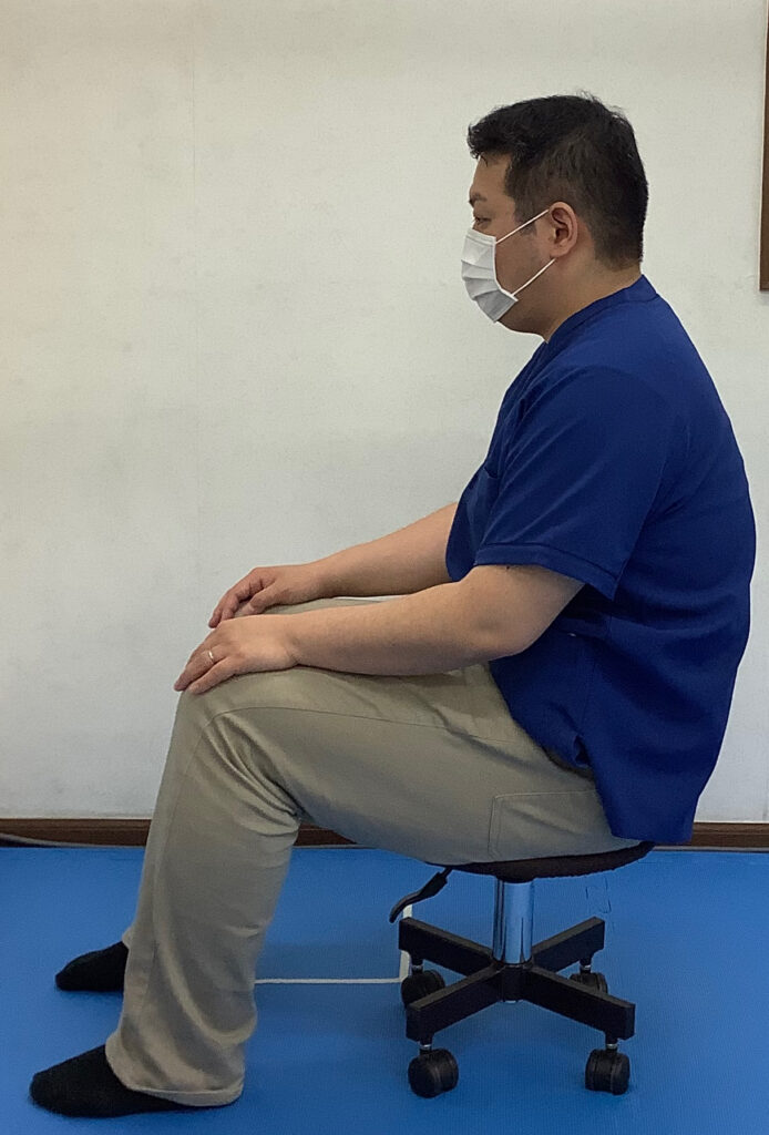 低い椅子での猫背姿勢