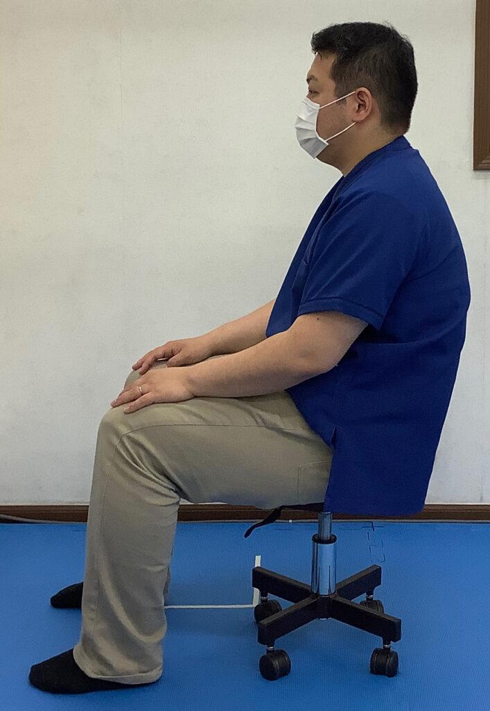 股関節と膝関節の位置が水平になる高さの椅子での猫背