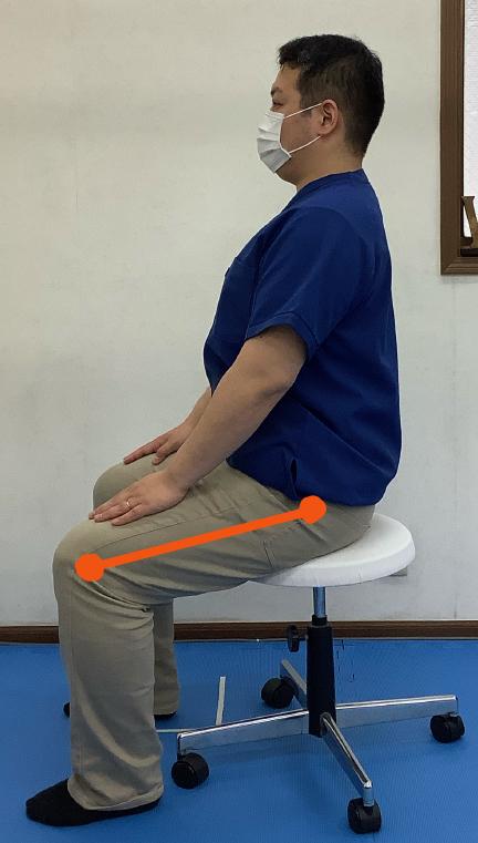 椅子に座った時、股関節が膝関節よりも高い位置にある