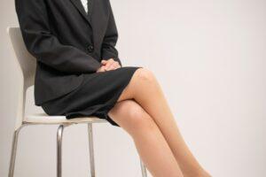 骨盤の歪みの原因の一つ、脚組み座り