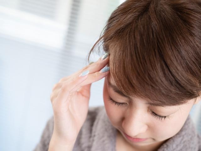 慢性的な症状の主な原因、痛みに耐える女性