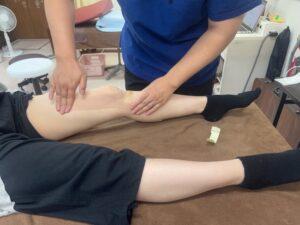 膝の痛みを軽減させるために内側広筋という膝を伸ばす筋肉をサポートするキネシオテーピングを施しています。スポーツ中の違和感などに対してテーピング指導も行っています。