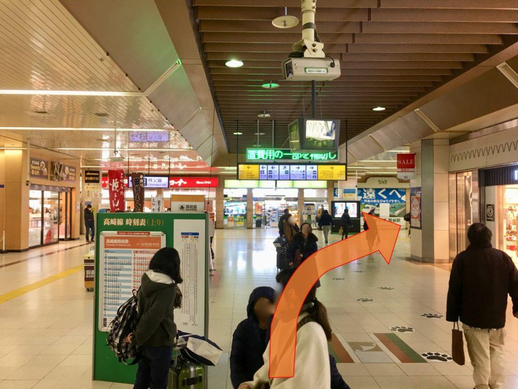 熊谷駅改札を出て北口階段へ向かいます
