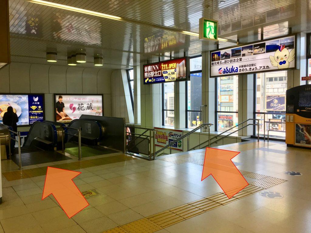 熊谷駅コンコースから北口へ降りるエスカレーターと階段