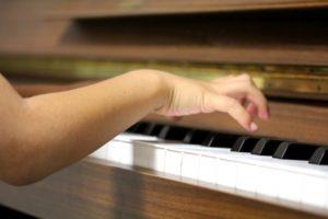 ピアノ演奏中、肘が手より低いと上腕にかかる負担が増える