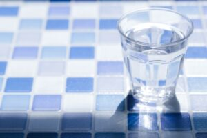 朝の目覚めにコップ1杯の水を飲むと覚醒しやすい