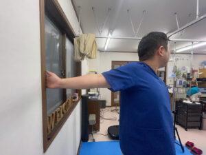 大胸筋、上腕二頭筋を伸ばす壁を使ったストレッチ