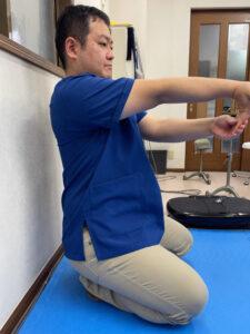 指を曲げる筋肉を伸ばすストレッチ(矢状面)