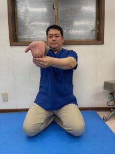 指を曲げる筋肉を伸ばすストレッチ(前額面)