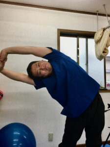 脇の下・脇腹の筋肉を伸ばす体幹側屈ストレッチ