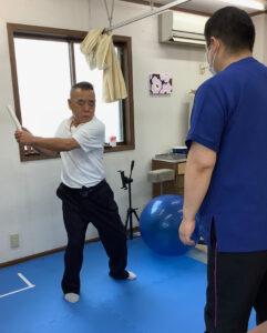 ゴルフ中に現れる左肩の痛みを動作から原因を探し出し、施術・ストレッチ・トレーニングを行います