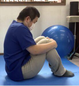 膝に胸をつけるように上半身を起こして体育座りまで起き上がる