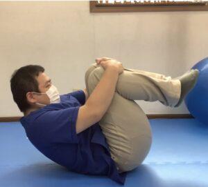 上半身を腹筋を使って起こすように反動をつける
