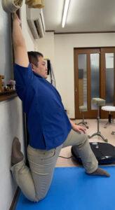 大腿四頭筋・腸腰筋・腹直筋を同時に伸ばすストレッチです。肩こり・腰痛・膝関節痛・股関節痛に効果的です。