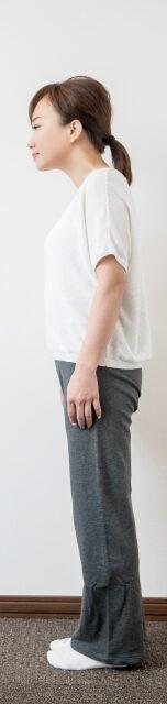 腹直筋が固くなることで上半身よりも頭が前方へ飛び出し、背中が丸くなりやすくなり、太ももの前側の筋肉への負担が増えます。