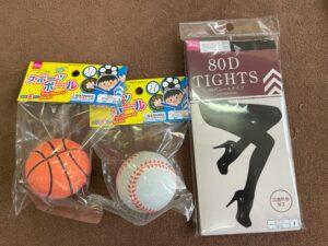 手作り腰痛ボールの材料は、100円ショップで買えるストッキング、スポーツ玩具コーナーにあるゴムボール2つです。