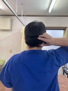 頭蓋骨と頚椎の付け根の部分である後頭下筋群に当たるようにします。
