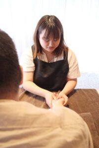 アロマハンドトリートメンを行っている女性セラピスト四分一安奈です。アロマの香りで癒やされながらハンドトリートメントで腕から指の疲れを癒やしてください。