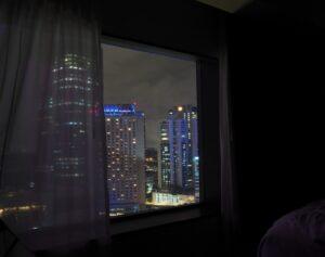夜カーテンを開けた状態で寝ることで、朝日が登ると当時に日光が部屋に入ることで目に対する光刺激となり目覚めを誘発します。朝なかなか起きられない人にオススメです。