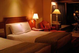 寝る2時間前には、部屋の明かりを暗めに設定し、眠くなりやすい環境に整えていきましょう。